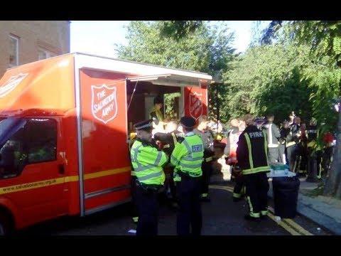 El ministerio Éjercito de Salvación  ayudan afectados por incendio en Londres