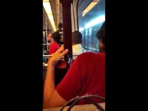 Mira Como éstos Jóvenes Adoran A Dios En El Tren Urbano